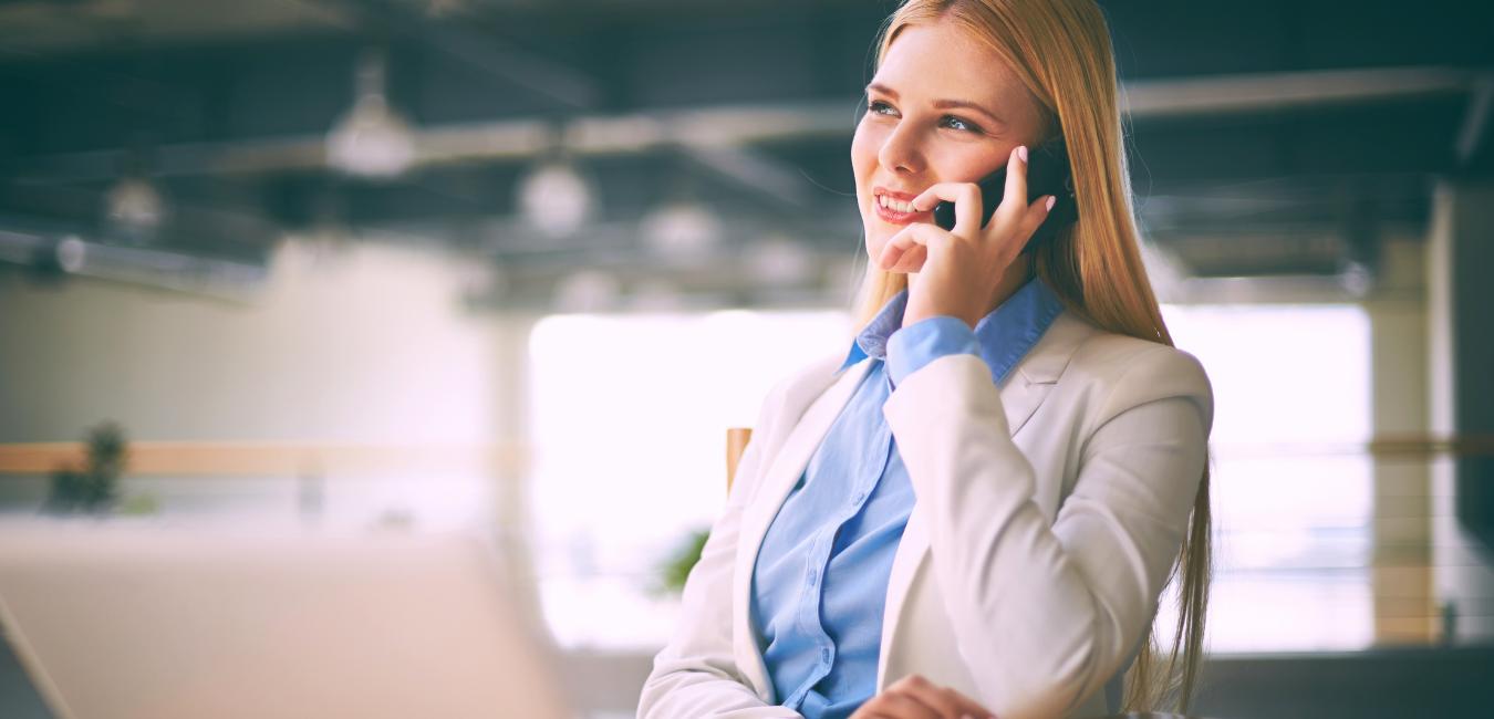 Frau am Telefon für die Sprechstunde zum Thema Unternehmensnachfolge